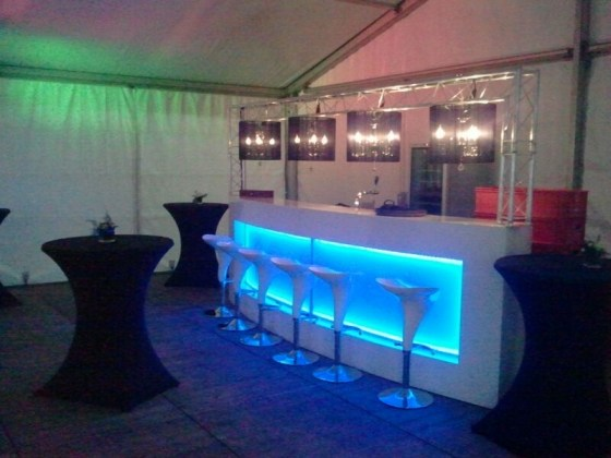 bar-in-grote-tent